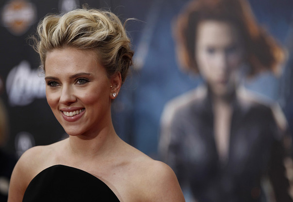 Scarlett-Johansson-arrives-on-the-red-carpet_gallery_primary 14-54-54