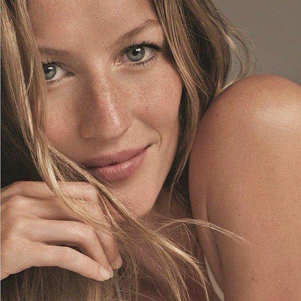 Gisele-Bündchen-showed-off-her-freckles-glowing-skin